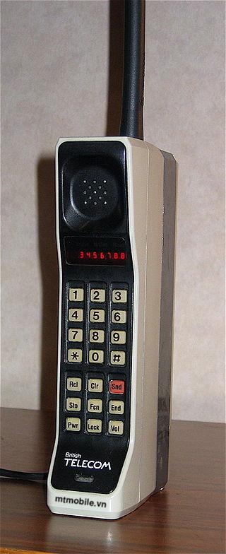 320px DynaTAC8000X Ai là người phát minh ra điện thoại di động ?